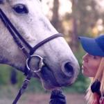 Фото девушки и лошади